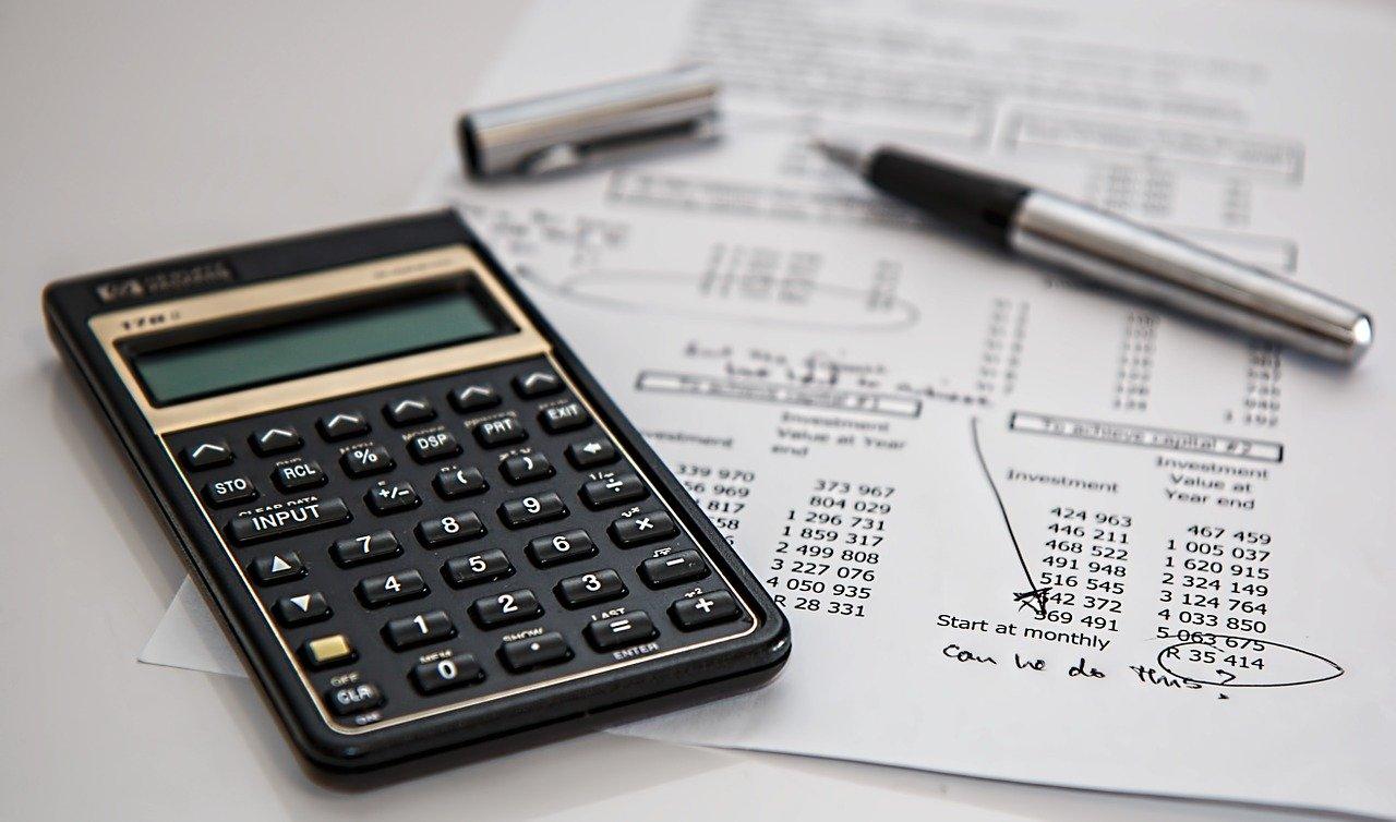 calcoli-tasse-calcolatrice-numeri-bianco